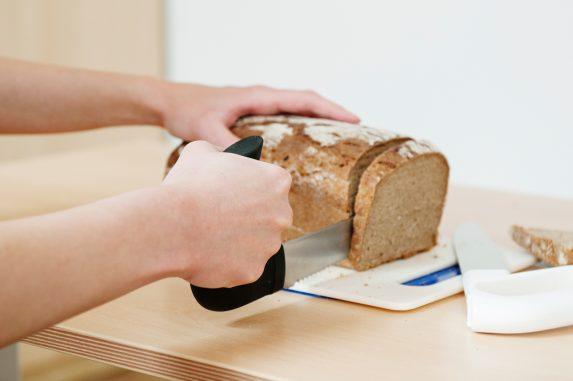 Hilfsmittel Handtherapie Brot schneiden